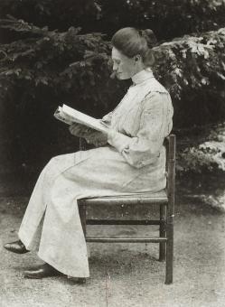 Jacqueline van der Waals zittend.jpg