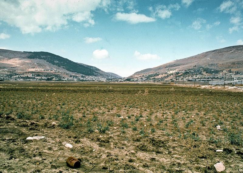 Links de berg Gerizim en rechts de berg Ebal. Daartussen in het dal (niet zichtbaar) het dorp Nabloes (= Sichem) en de Jacobsbron.