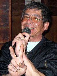 ピースサインをしてカラオケに興じるちゃたまおじさん(2011)