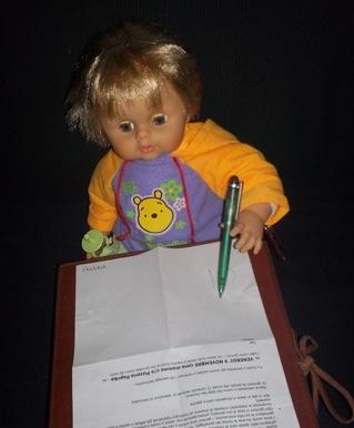 Eccolo mentre firma il consenso informato.