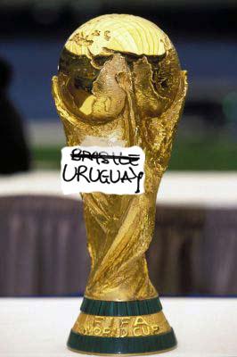 Coppa del mondo con scritta Brasile barrata e corretta in Uruguay.jpg