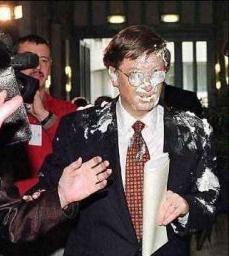 Bill Gates sporco di qualcosa di bianco.JPG