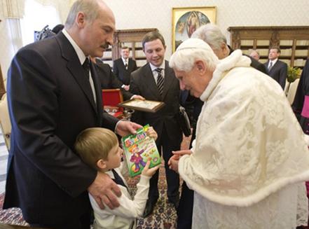 Lukashenko incontra papa Benedetto XVI e gli dona un ragazzino in segno di amicizia.