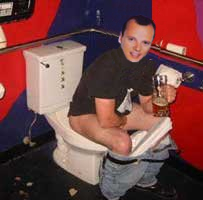 Gigi D'Alessio alla toilette.jpg
