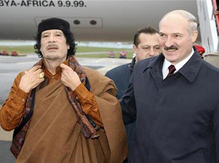 Lukashenko incontra Platinette all'aeroporto internazionale di Tripoli.