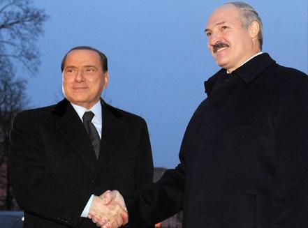 Lukashenko incontra per la prima volta il premier italiano, a Brěst. «Ciao, io sono Silvio. Sono dolce, buono, ma stronzo con chi voglio». - «Ah, piacere tovarish».