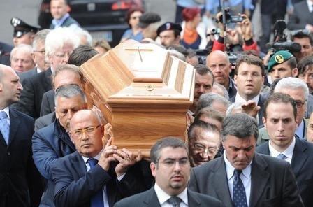 Giulio Andreotti trasporta la sua bara.jpg