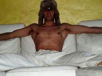 Idiota arrabbiato sul divano.jpg