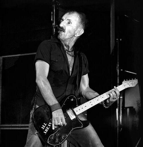 Antonio Ligabue con chitarra.jpg