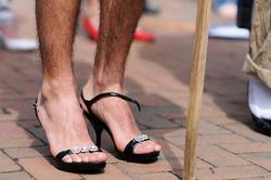 Questa immagine ci dice che anche le scarpe hanno bisogno di libretti d'istruzione.