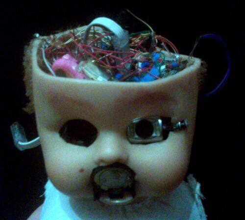 Gli innesti cyberpunk sono molto di moda: cervello positronico e sensori assortiti.