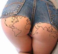 Chiappe tatuate con carta geografica del mondo.jpg