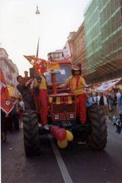Tifosi della Roma festeggiano entusiasti la vittoria di un'amichevole.