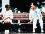 Forrest Gump e infermiera su panchina alla fermata dell'autobus.jpg
