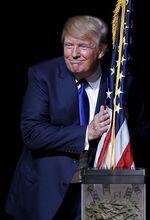 Trump trasforma la bandiera USA in dollari.jpg