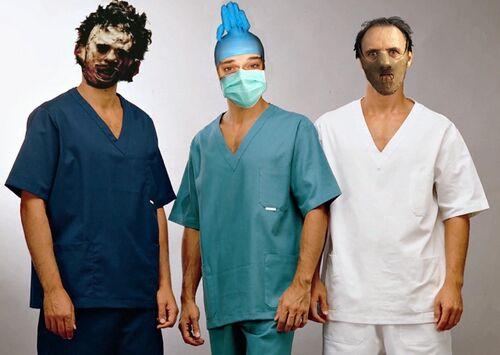 Il team degli allegri chirurghi di Nonciclopedia, abbigliamento consono, mascherine e guanti ben calzati.