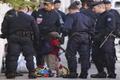 Bambino circondato da poliziotti.png
