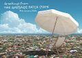 Cartolina con ombrellone su spiaggia di rifiuti.jpg