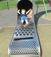 Bambino su scivolo con in fondo una grattugia.jpg