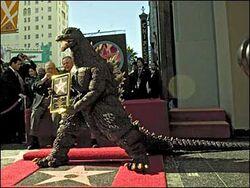 Il pupazzo di Gojira ritira l'Oscar alla carriera quale Miglior non-attore protagonista di film a basso costo.
