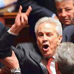 Deputato fa gesto delle corna.jpg