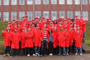 Gruppo di ragazzi in tenuta da lavoro rossa e caschetto.jpg