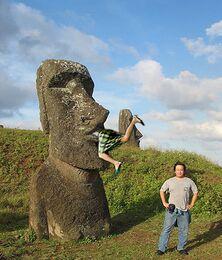 Moai inghiotte turista.jpg