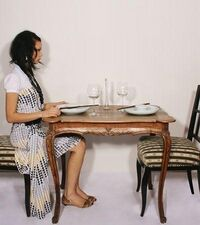 Ragazza sola ad un tavolo.jpg
