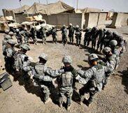 Soldati che pregano in irak.jpg