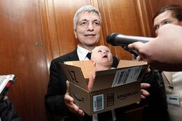 Nichi Vendola con bambino dentro pacco Amazon.jpg