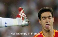 Calcio in faccia a un giocatore.jpg