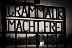 Cancello con scritta Grammatik Macht Frei.jpg