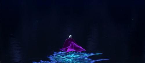 """Ecco! Elsa fugge congelando la superficie dell'acqua in bellissime stelle di neve... E Neon Genesis Evangelion non c'entra nulla! Elsa: """"Non devo scappare! Non devo scappare! Non devo scappare!"""" ... Come non detto...!"""