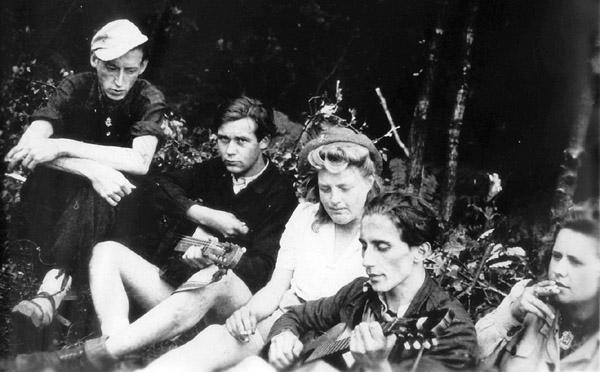 Kölner Edelweisspiraten in Hoffnungsthal nach 1945, fotografiert von Wolfgang Schwarz. (Mit freundlicher Genehmigung des Fotografen.)